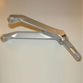 Gebrauchte original Soziusfußraste links für Honda CBR1000RR`08- SC59.Artikelzustand: Artikel mit Gebrauchsspuren